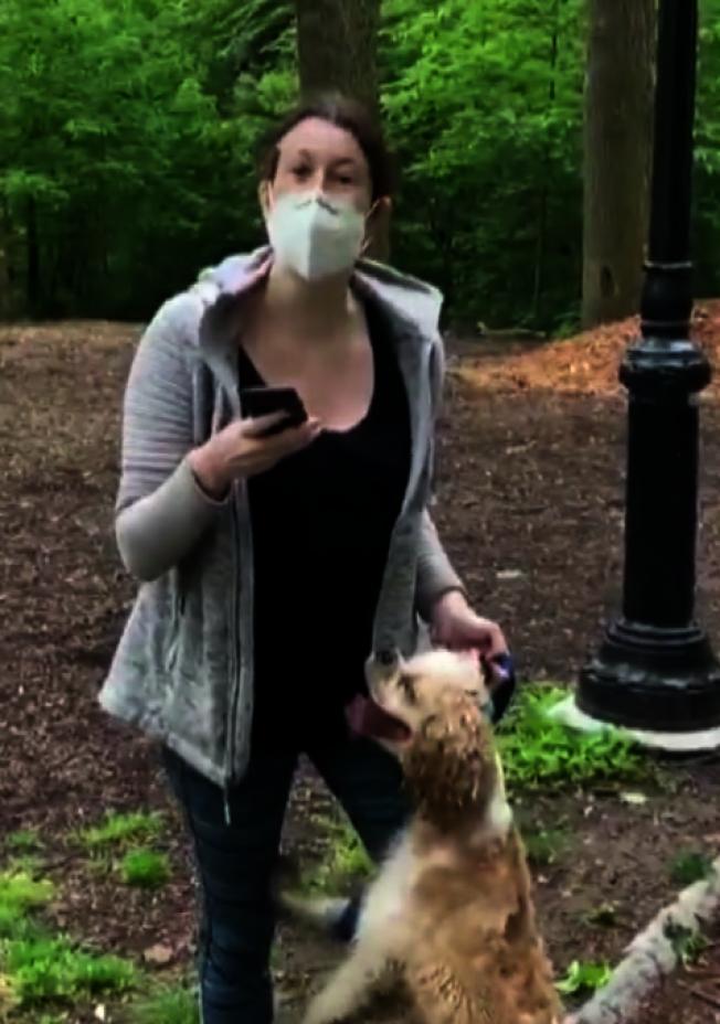 艾米.庫珀日前在中央公園遛狗未栓上狗鏈,遭另名非洲裔男子提醒時卻報警慌稱男子威脅自己的安全。(取自影片截圖)