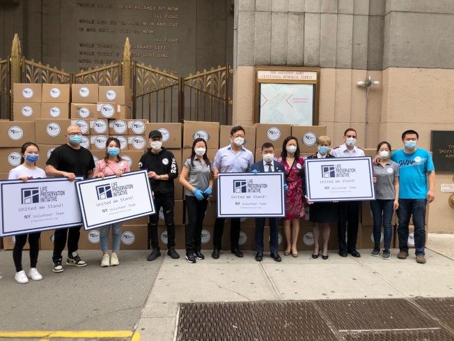 美中NGO聯合拯救生命行動向紐約市捐贈口罩。(美中NGO聯合拯救生命行動提供)