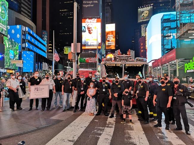 時報廣場舉辦滅燈儀式,致敬非營利機構及脆弱企業。(美中NGO聯合拯救生命行動提供)