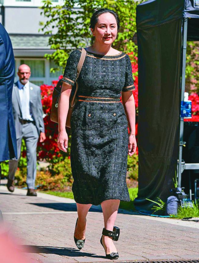 華為財務長孟晚舟在引渡案關鍵裁決中敗訴,法庭認「雙重犯罪」成立。她腳上戴著電子腳鐐,監控單位可透過腳鐐監控其活動範圍。(Getty Images)