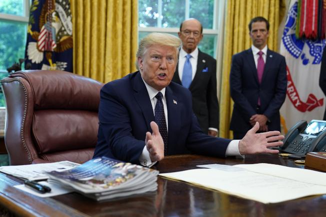 美國總統川普28日下午簽發行政命令,管控臉書、推特與Google。(美聯社)