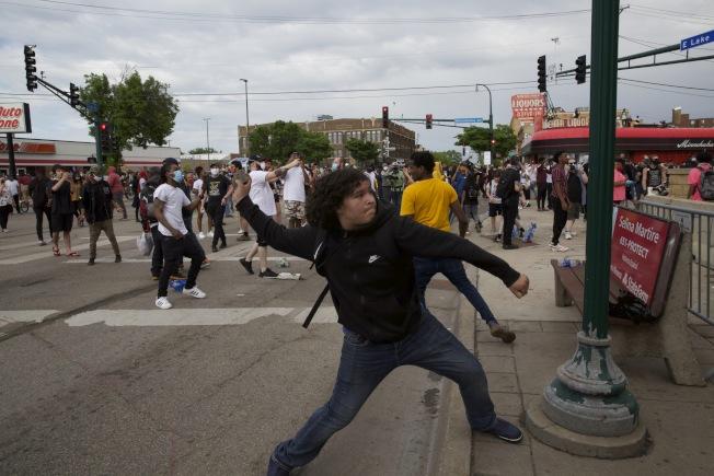 明尼亞波利斯市抗議警察暴力的示威27日晚進入第二晚,演變成搶劫攻擊。圖為示威者攻擊案發轄區的市警第三分局。 (美聯社)