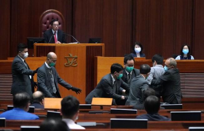 香港立法會28日繼續審議「國歌法」,議員許智峯在會議廳內投擲散發惡臭的腐爛植物,會議廳隨後緊急疏散人員,會議被迫暫停。(中新社)