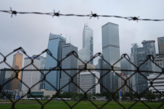 圖為28日拍攝的香港建築天際線。(路透)