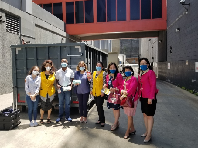 世界華人工商婦女企管協會南加州分會及幫幫忙基金會聯手做慈善。(主辦方提供)