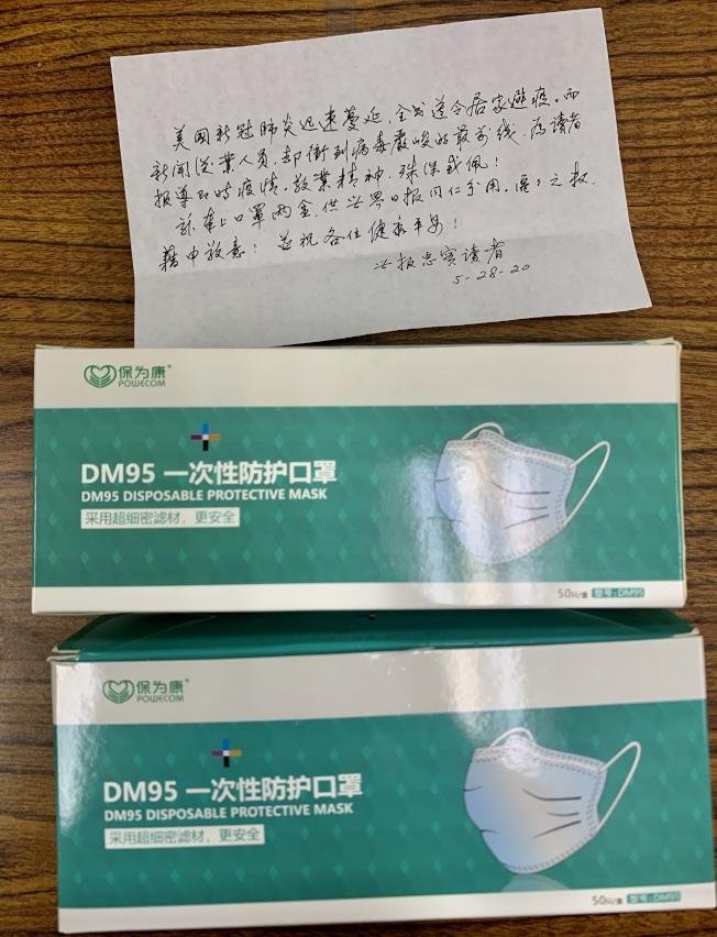 行善不留名的世報讀者,28日送來兩盒口罩給報社同仁並留下字條。(記者張宏/攝影)