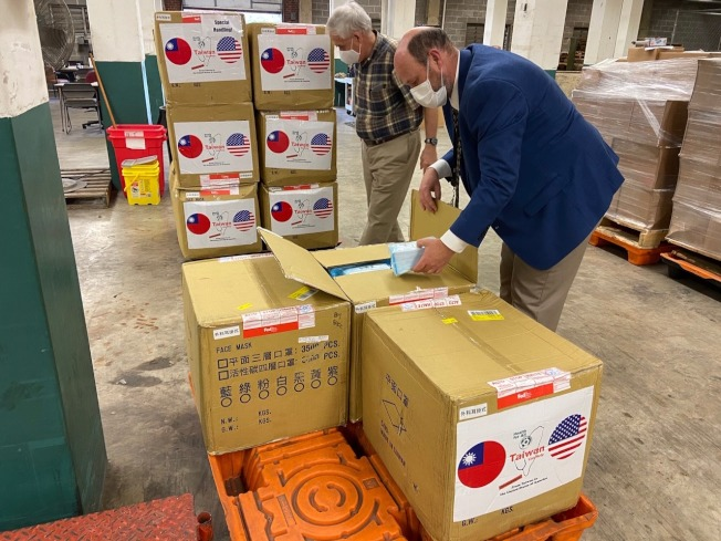 台灣捐贈北卡的10萬片醫療口罩運抵該州。(經文處提供)
