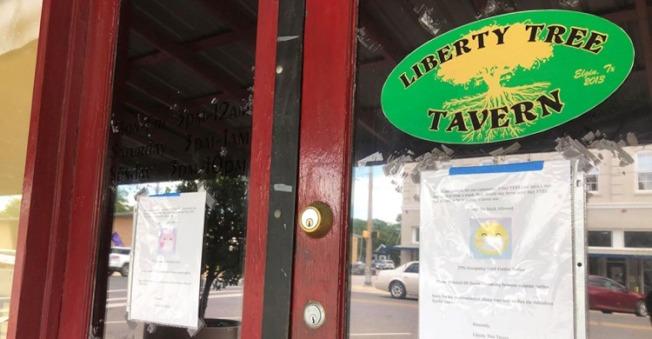 自由樹酒吧在門口張貼大幅告示,不准顧客戴口罩進酒吧。(Liberty Tree Tavern推特)