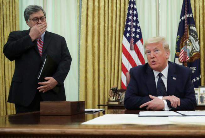 川普總統28日簽署發布行政命令,管控臉書、推特與Google等社群媒體的言論;川普在發言時,司法部長巴維理正好摀著嘴巴。(Getty Images)