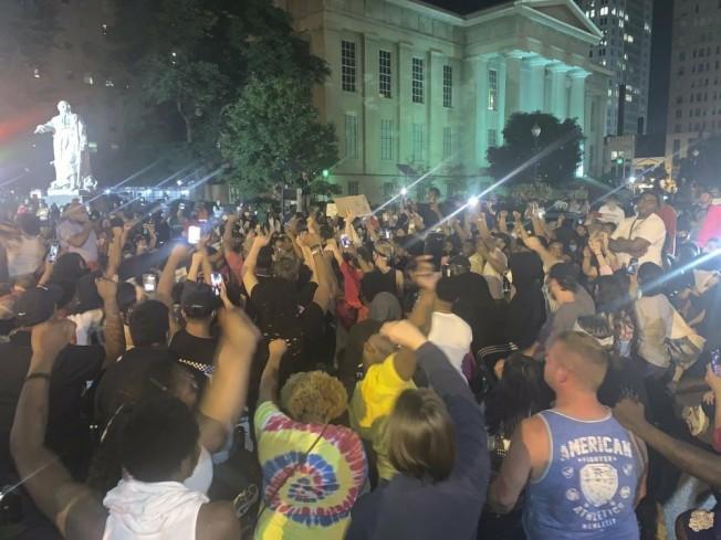 路沃維爾市數百位民眾聚集示威。(AP)
