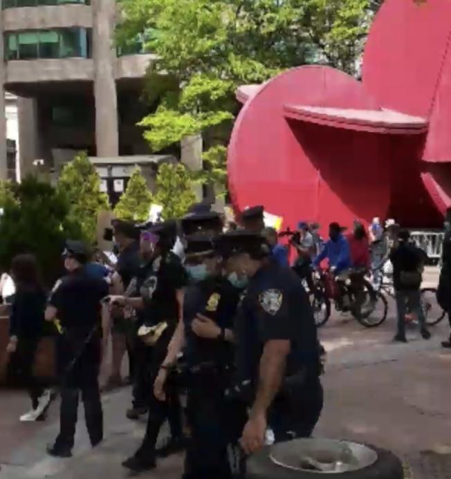 市警出動技術、傷員救助小組維穩。(讀者提供)