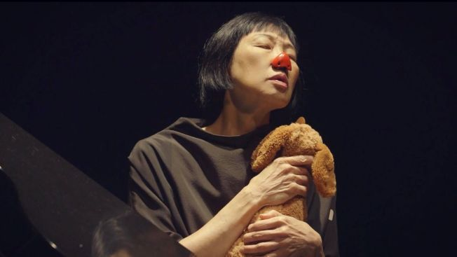 許創紀錄片「Twinkle Dammit」講述71歲玩具鋼琴家陳靈和她的先鋒派音樂,展現其從未給大眾看見的私人生活,以及其年輕的故事和經歷。(許創提供)