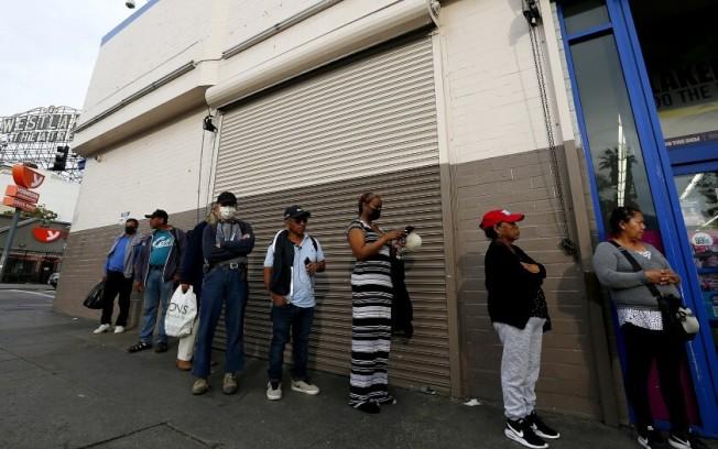 在一家雜貨鋪門前排隊的西湖區居民。西湖區現在是洛縣疫情最嚴重的地區之一。(圖片來源LA times)