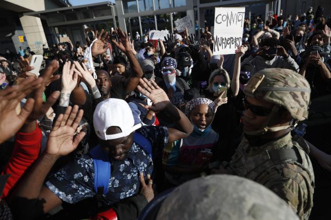明尼阿波利斯市抗爭持續,市長傅萊宣布宵禁。(美聯社)