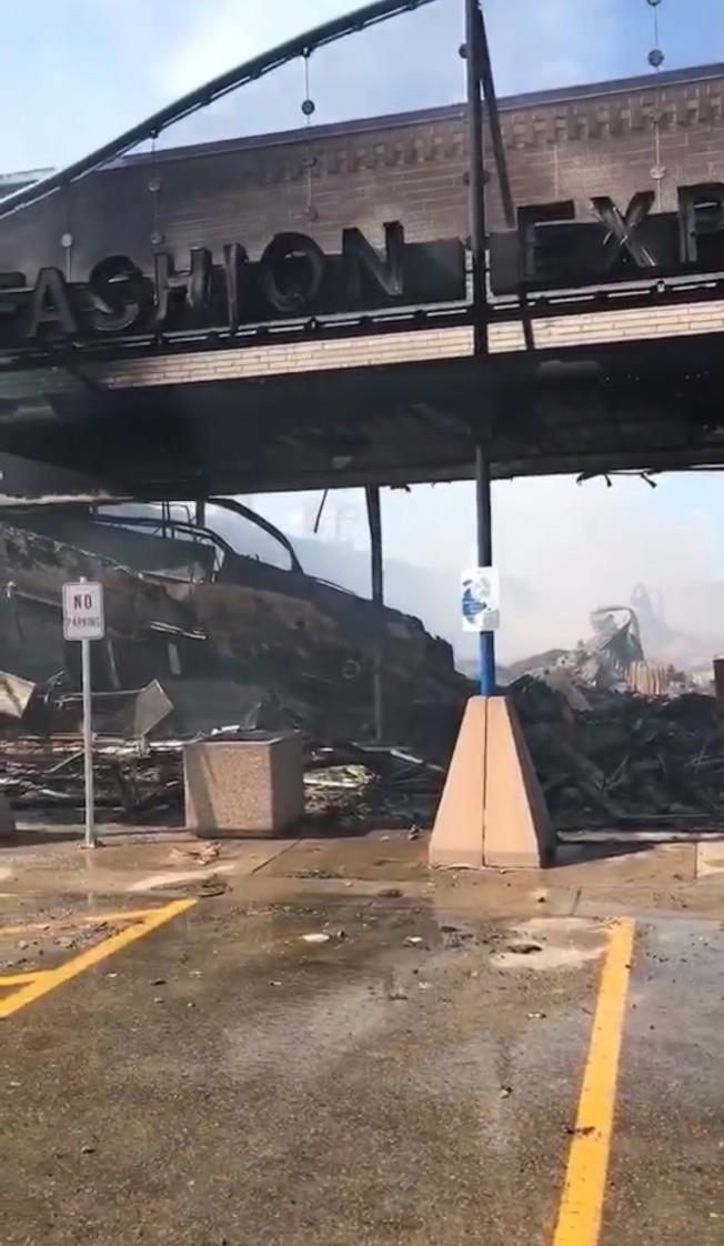 多處建物遭縱火燒毀。(陳愛明提供)