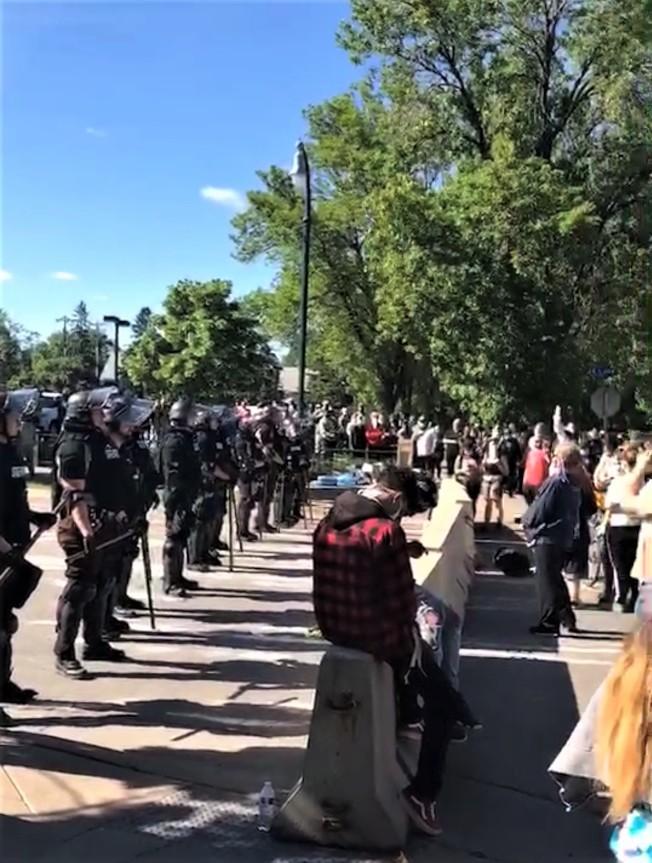 連續三天示威後,明尼亞波利斯市29日仍處處可見警察與抗議民眾對峙。(陳愛明提供)