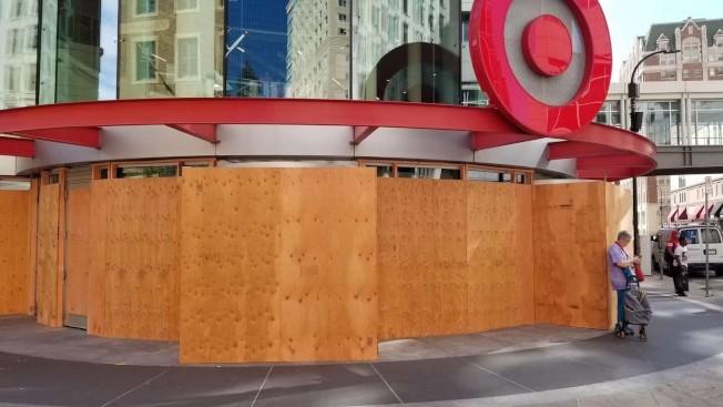 多處目標百貨遭暴民搶劫,29日紛紛釘上木板保護。(陳愛國提供)