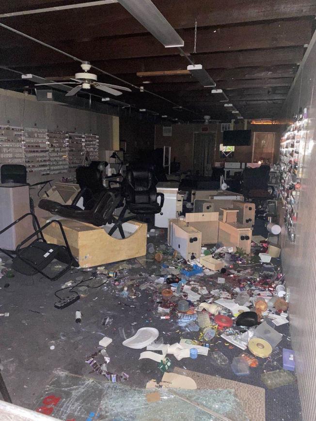 華人開設的美甲店遭暴民闖入破壞。(陳愛明提供)