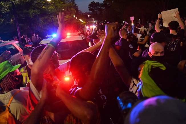 華府29日的示威人潮使白宮一度緊急封鎖。(Getty Images)