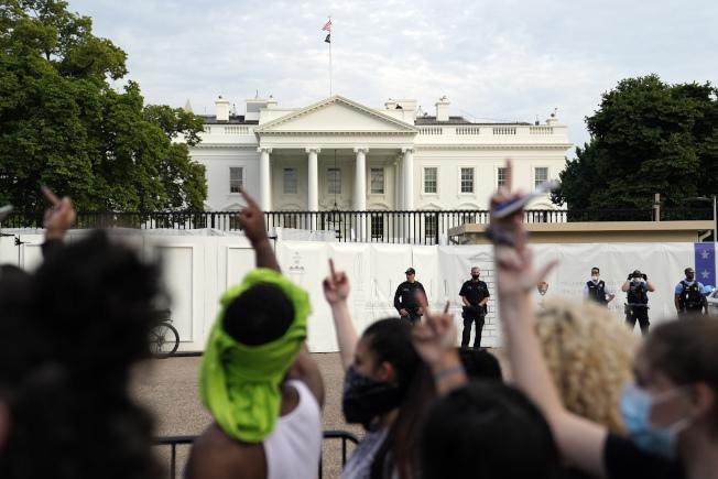 示威者29日群湧至白宮前抗議。(美聯社)