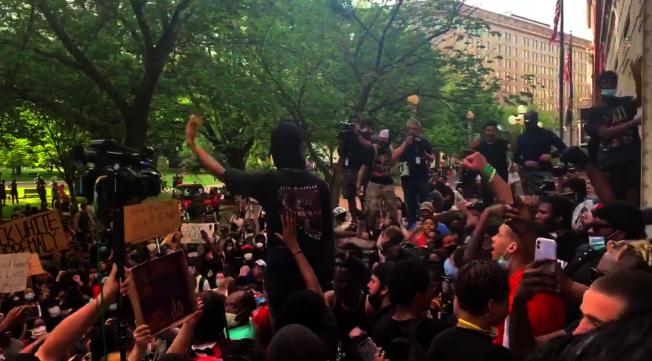 示威者29日湧入白宮對面公園,導致白宮一度緊急封鎖。(截自推特)