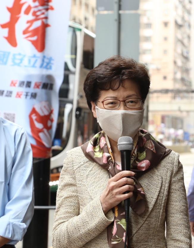 香港特首林鄭月娥走訪香港街頭,呼籲市民連署簽名,力撐國安立法。(新華社)