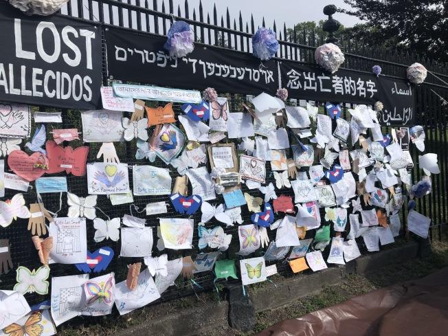 阿維勒斯日前在青木墓園設立一個「念出亡者的名字」的紀念牆哀悼新冠死者。(記者顏潔恩/攝影)