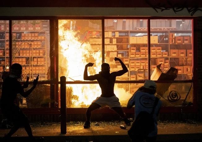因非裔男子遭白人警察以膝蓋壓頸致死案,引發全美多地連日暴力示威。(美聯社)
