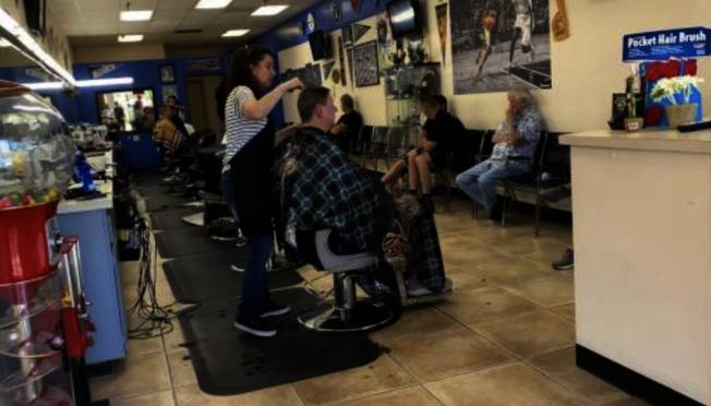 洛杉磯縣29日上午獲得州政府批准,允許餐廳重新開放堂食、開放美髮院、理髮店,進一步放寬限制。(本報檔案照)