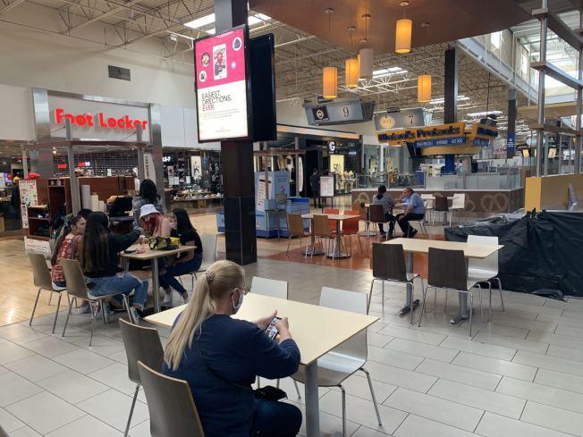 安大略購物中心餐飲區顧客就餐保持社交距離。(記者啟鉻/攝影)