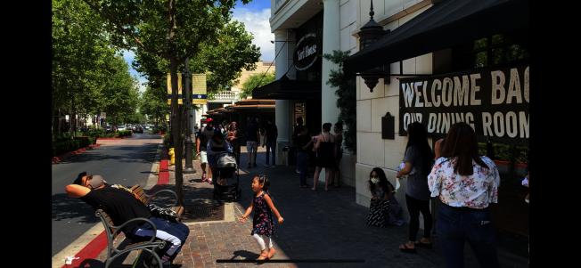 維多利亞花園一商家限制顧客人數進入,圖為在店外等候顧客。(記者啟鉻/攝影)