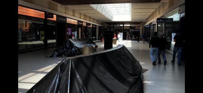 購物中心顧客休息座椅被遮擋暫時不使用。(記者啟鉻/攝影)