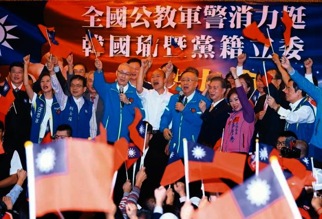 有意擔任罷韓監票志工的退休公職人員不滿被影射是黑道,要號召更多人一起監票,圖為韓國瑜去年參選總統時,退休軍公教警消團體在造勢場合力挺。(本報資料照片)