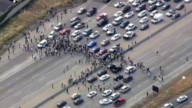 抗議者進行堵路,造成聖荷西一處101號公路堵塞,南北車道都要關閉。(電視新聞截圖)