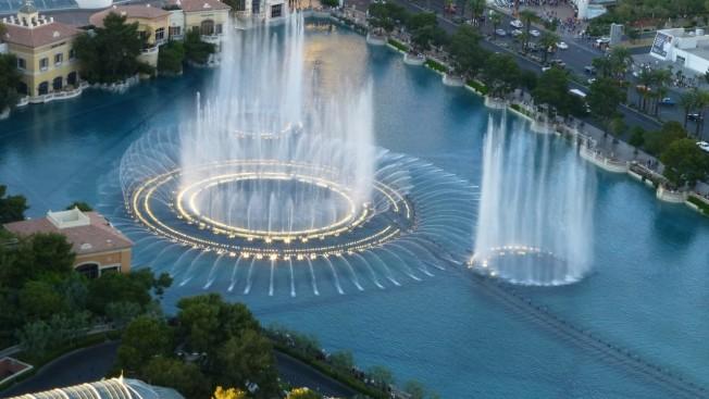 美麗湖噴泉音樂會於賭場重開日,以三首歌向大眾致敬。(ksnv網站)