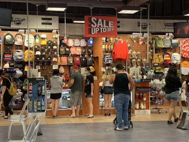 安大略購物中心店內購物部分顧客並未遵守社交距離。(記者啟鉻/攝影)