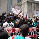 警员压死非裔老乡 休城人抗议