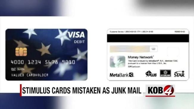 國稅局以預付卡(見圖)支付紓困金,且以沒有政府官印的普通平信寄給400萬名美國人,以致有人當作垃圾郵件扔掉。(KOB電視台截圖)