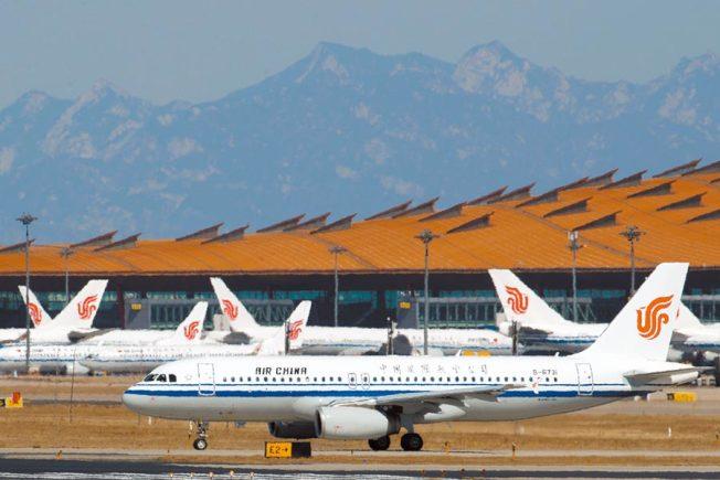 中國官方30日通知留美學生,搭乘臨時航班回國。圖為中國國航航班。(路透資料照片)