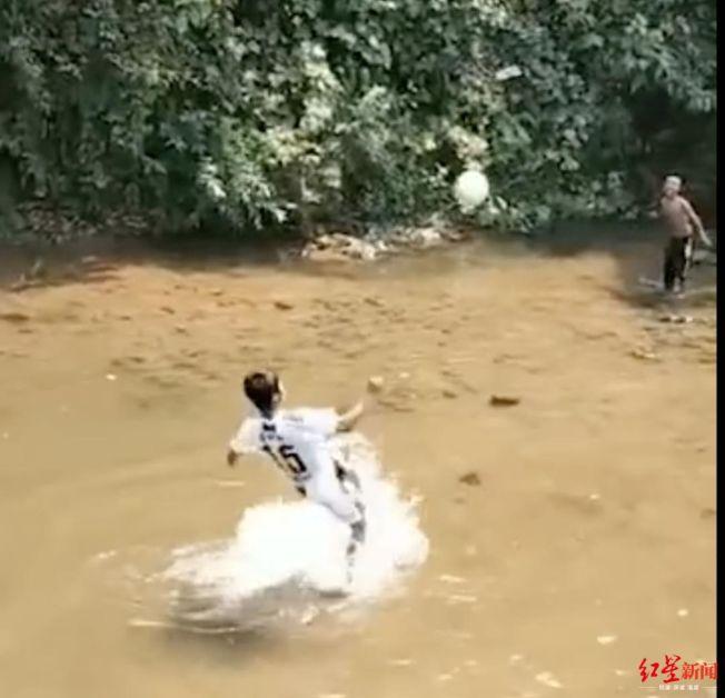 岩砍香在水中練習倒勾動作。(視頻截圖)