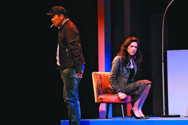 許瑋甯(右)、曾國城在「我的大老婆」劇中夫妻關係冷嘲熱諷。(圖:果陀提供)