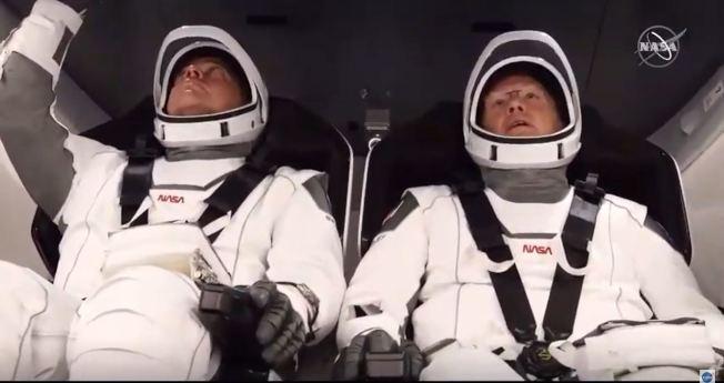 飛龍號兩名太空人再就位。(Getty Images)