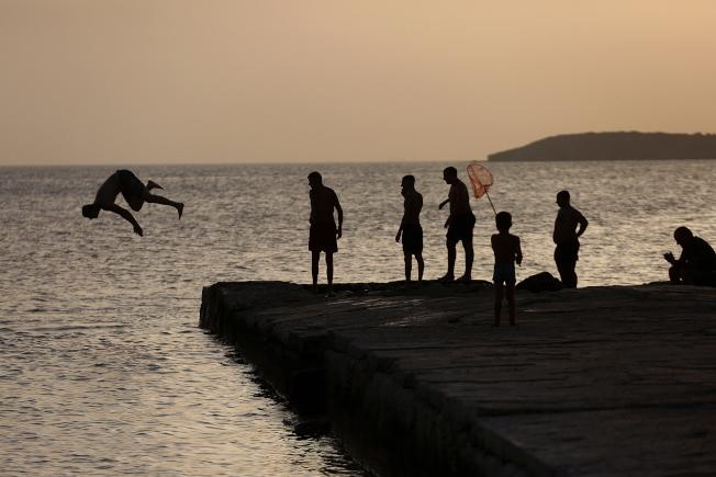 希臘29日宣布,將於6月15日開放29個國家觀光客入境。圖為雅典海灘。(歐新社)