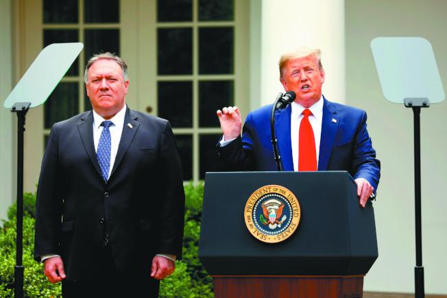 美國總統川普(右)宣布展開取消香港特殊地位等制裁措施,左為國務卿龐培歐。(歐新社)