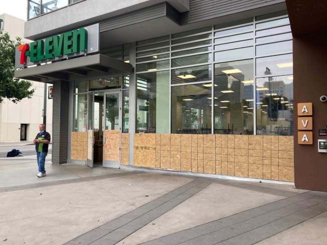 便利商店還開門,不過加裝了木板作為防護。(丁女士提供)