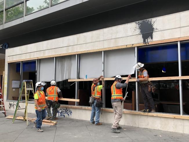 屋崙市中心大通銀行被破壞。(記者劉先進 /攝影)
