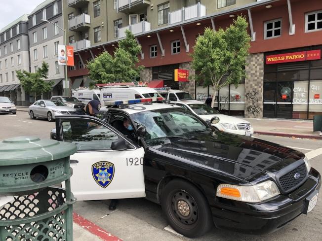 屋崙警員在銀行門口調查洗劫案件。(記者劉先進 /攝影)