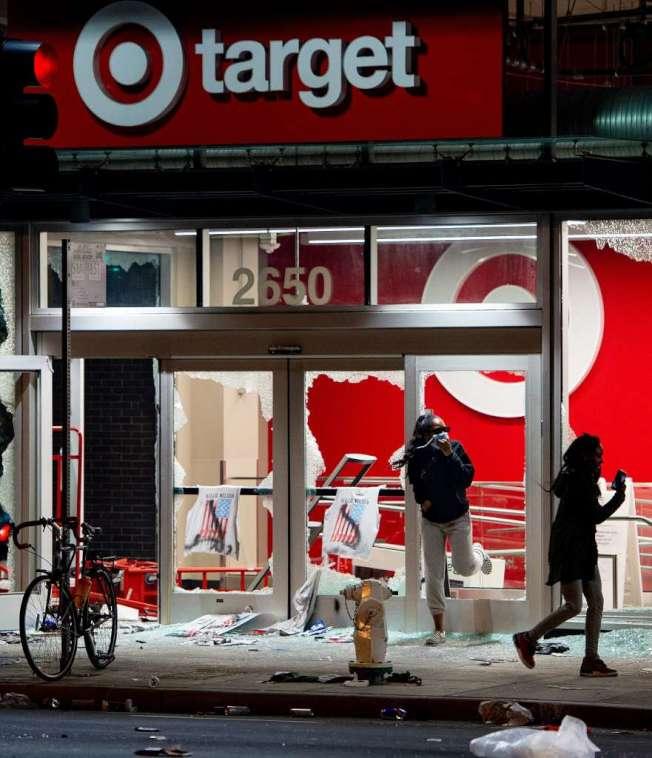 屋崙周五夜的和平抗議行動,在入夜後演變成為景亂;圖為去年10日才開張的屋崙百老匯街的目標百貨(Target),玻璃窗被打碎,店禸商品被搶掠一空。(Getty Images)