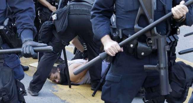 聖荷西周五也有抗議,圖為一名示威者被警察壓在地上和逮捕。(Getty Images)