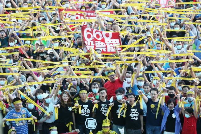 罷韓團體30日在岡山捷運站舉辦「666罷韓演習」,上千人高舉黃絲帶大呼「堅定罷韓」。(記者劉學聖/攝影)